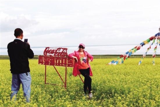 天气欠佳 游客前往青海湖旅游的热情不减