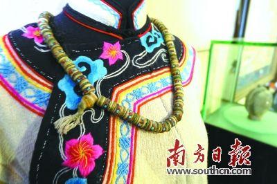 美丽质朴的藏羌织绣传统服饰。