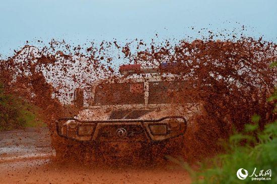当地时间2016年8月23日,驻利维和防暴队进行快速集结训练,车辆快速穿越泥泞道路。(李金良摄)