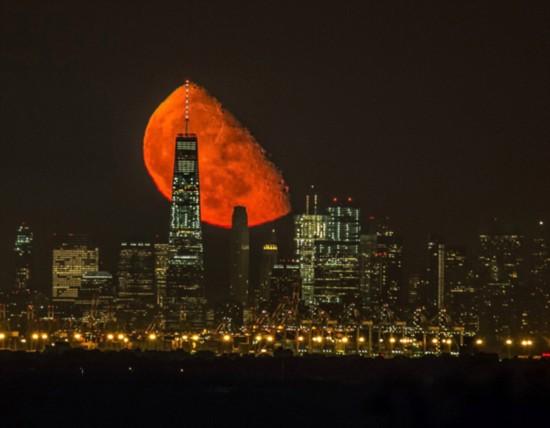 美国一摄影师等待两年拍到血色月亮一举成名(图)