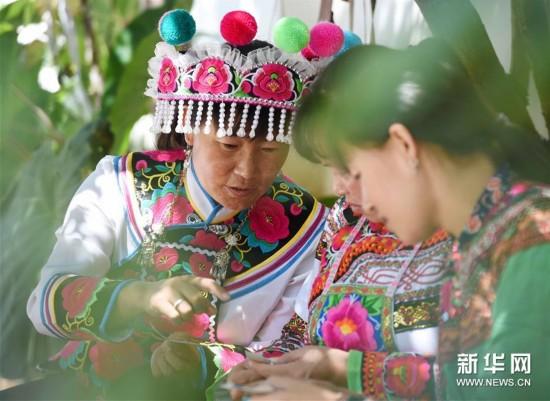 (社会)(1)用指尖传承千年彝绣的农家妇女张琼芬