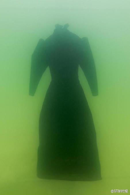 艺术家将一件黑色长袍扔进死海 2年后竟变成这样