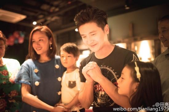 田亮晒37岁庆生照 森碟与弟弟抢着吹蜡烛