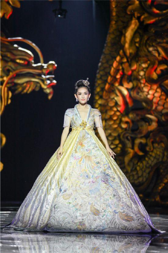 《我们来了》再次上演时装秀 赵雅芝刘嘉玲T台争艳