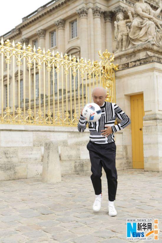 秒变活力BOY 张卫健法国拍写真一时兴起踢足球