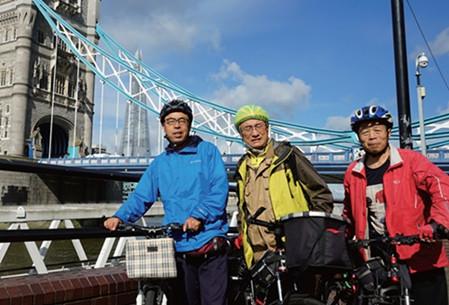 三位环英骑行勇士(左起)何润春、吴国富、马建设在伦敦塔桥前合影。(《欧洲时报》/受访者供图)
