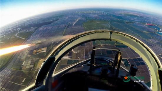 高清:从驾驶舱视角看空军女飞行员驾飞豹凌空突击