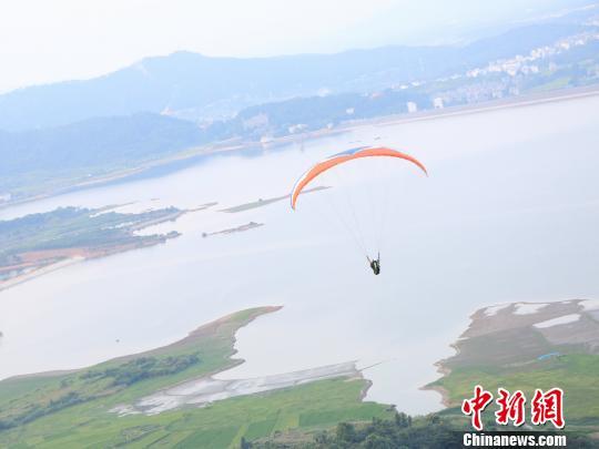 中国渐兴滑翔伞热潮 飞行员称比开车还安全