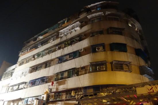 高雄一大楼凌晨突发大火 上百住户惊逃17人送医