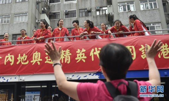 国家女排花车巡游香港(图)