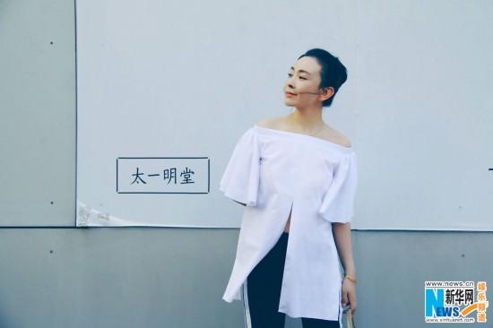 刘威葳秋日小说街拍散发白衣迷离曝光熟女气少妇眼神性感寂寞图片
