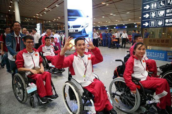 8月30日,运动员抵达机场准备出发。 新华社记者曹灿摄