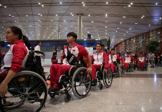 8月30日 ,运动员抵达机场准备出发。新华社记者曹灿摄