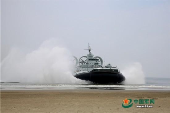 海军某新型气垫艇抢滩登陆(猛图)