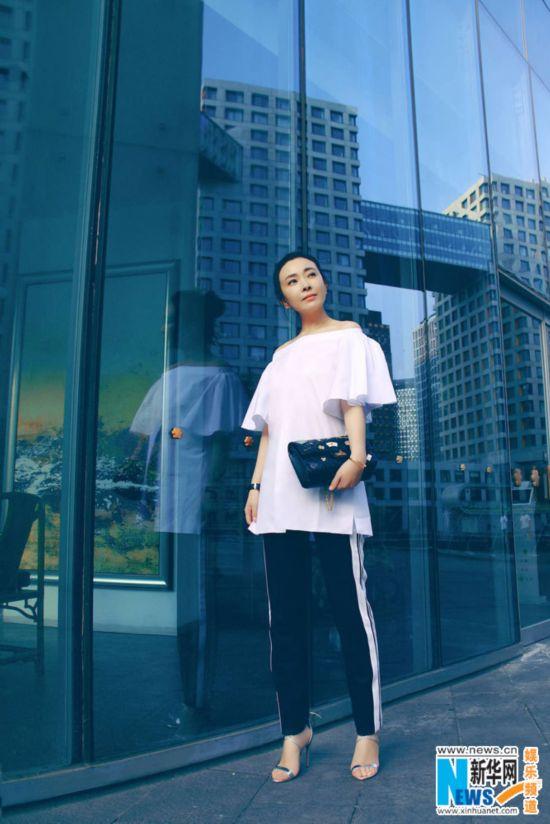刘威葳秋日阳性街拍散发白衣a阳性感染熟女气hpvv阳性怎么曝光吗眼神图片