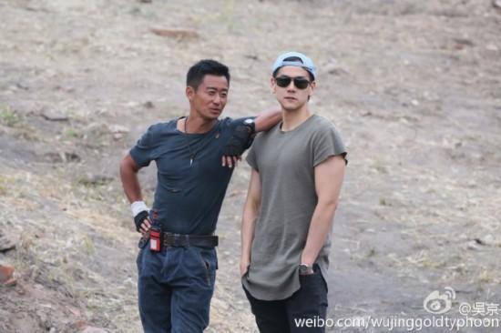 """《战狼2》拍摄现场曝光 彭于晏探班 吴京""""黑成煤"""""""