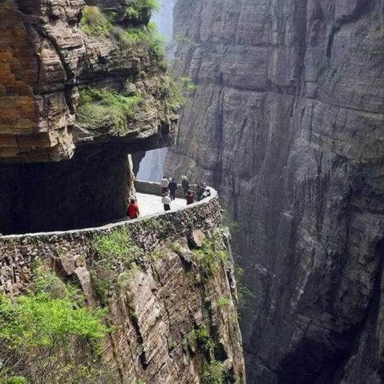 探访世界上最危险的村庄:全村住在垂直的悬崖上(图)
