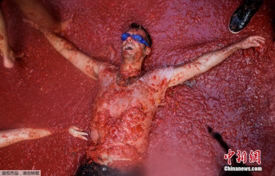 西班牙小镇上演番茄大战 2万人砸160吨番茄