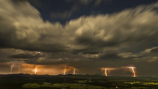 澳摄影师自家楼顶拍闪电 捕捉震撼之美