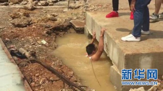 """昆明消防官兵从死亡线上救回溺水儿童 网友称他为""""坚持哥"""""""
