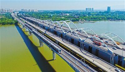 航拍下的地铁三号线行驶在?灞生态区 首席记者 张宇明 摄 市民网友试图片