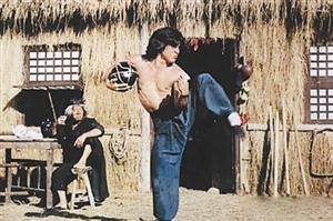 《醉拳》 成龙在这部片中的醉拳招式至今被影迷津津乐道.图片