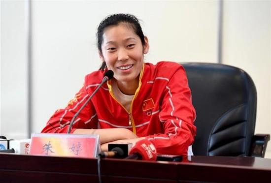 (体育)(4)朱婷回乡与媒体、球迷互动