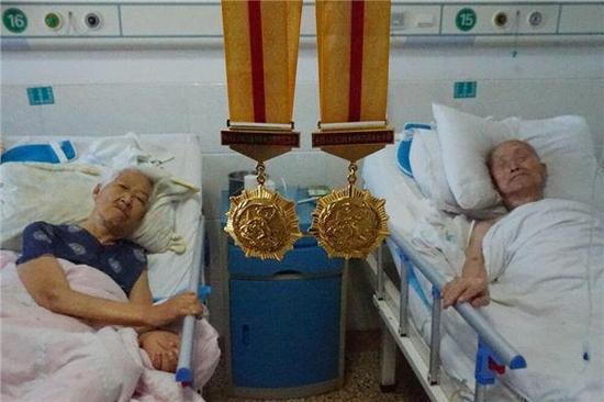 焦作9旬老兵夫妇携手走过71年 病床上拉手才能入眠