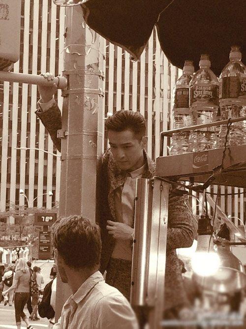 胡歌西装革履纽约街头拍大片 电线杆当道具又搂又抱