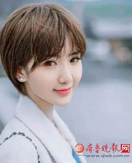 生活中毛晓彤的头发也是越剪越短,写真中这款亚麻色齐耳短发将她的小图片