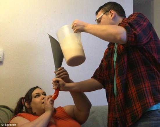 美國女子欲增肥到900斤 靠男友漏斗喂飯(圖)