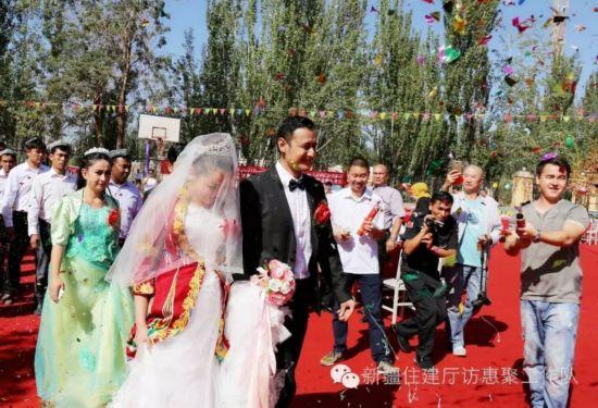 热闹的婚礼现场-一位住村干部的乡村婚礼