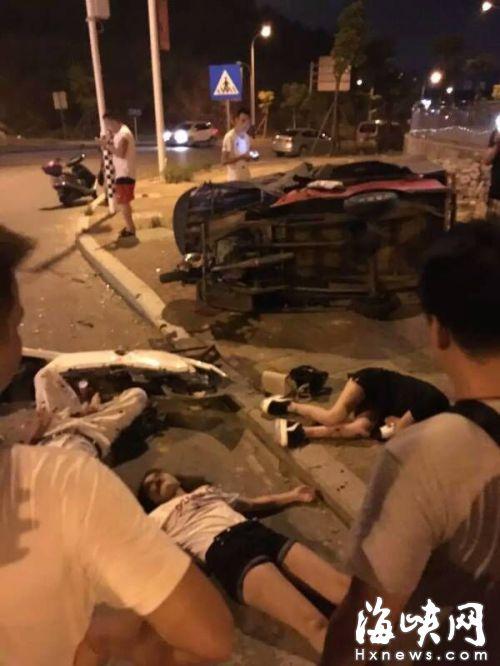 众人将三名伤者从车内救出(网友供图)