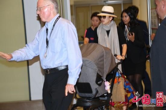 章子怡带娃抵达多伦多