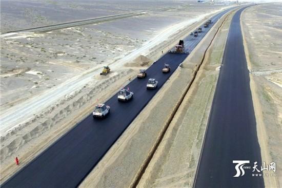 京新高速公路铺进新疆(组图)