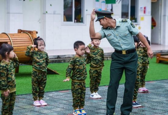 9月7日,孩子们在教官的指导下学习敬礼。新华社记者 徐昱 摄