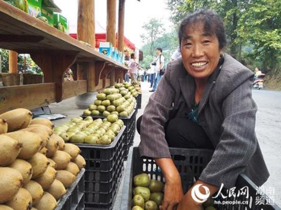 刘发玉是菖蒲塘村的嫁接能手,10月份销售完家里的猕猴桃,她就要去重庆为果圃嫁接苗木