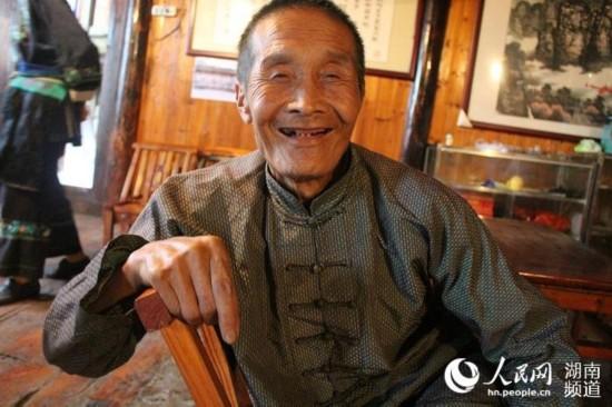 为了享受现在的美好生活,今年78岁的施成富老人特意将脱落多年的下排牙补上了。