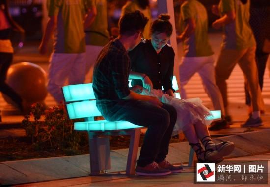 """街头新增406个""""发光座椅"""" 点亮市民夜色生活"""