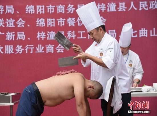 全国烹饪表演现神技:人背上剁丸子 盲切腰花