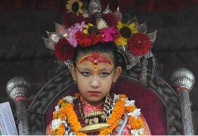 尼泊尔7岁女童当选活女神 离开世俗生活禁锢庙宇中生活10年不能与他人交谈