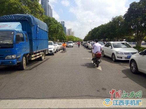 """赣江中大道非机动车道被划成停车位 骑车人""""被逼上""""快车道"""