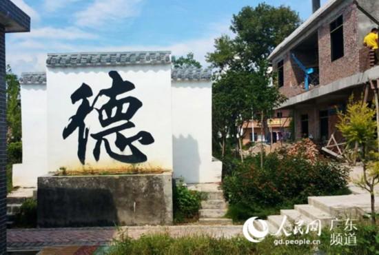 村里的传统文化宣传墙。