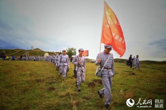 9月12日,四川阿壩州長征干部學院的學員們體驗當年紅軍穿越的大沼澤。(朱虹 攝)