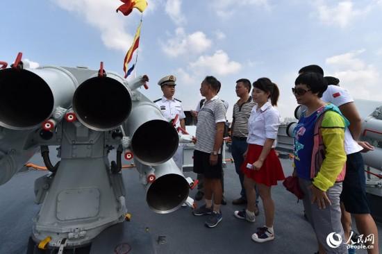 中俄舰艇在湛江开放参观 市民大排长龙(组图)