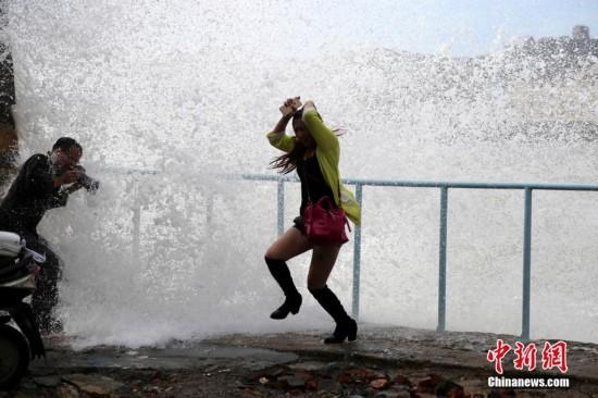 """台风""""马勒卡""""逼近 温岭观潮者遭巨浪淹没湿身"""