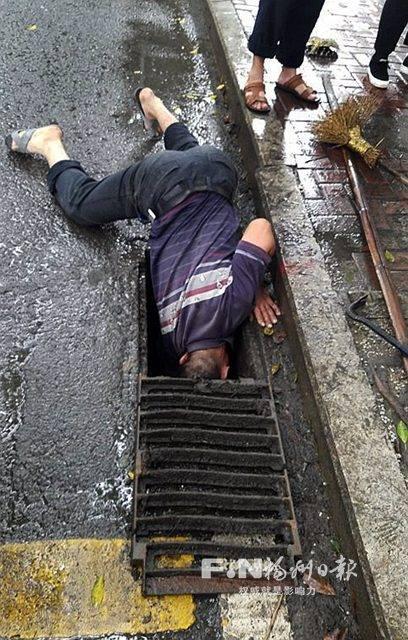 福州下水道疏通道_福州:环卫工雨中\