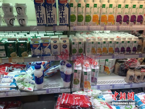 北京市一家超市销售的牛奶。中新网</a> <p  align=
