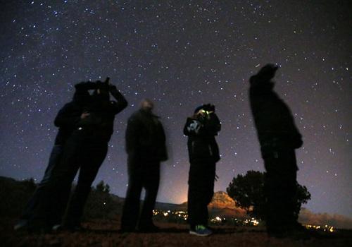 """俄媒又曝光""""外星人"""":四臂UFO吸太阳能量(图)"""