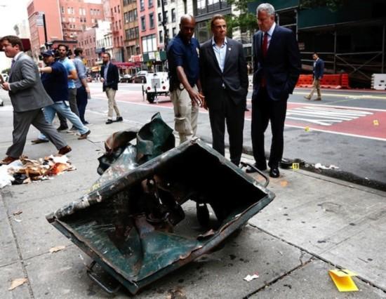 纽约市市长(右)和纽约州州长(中)察看高压锅炸弹现场